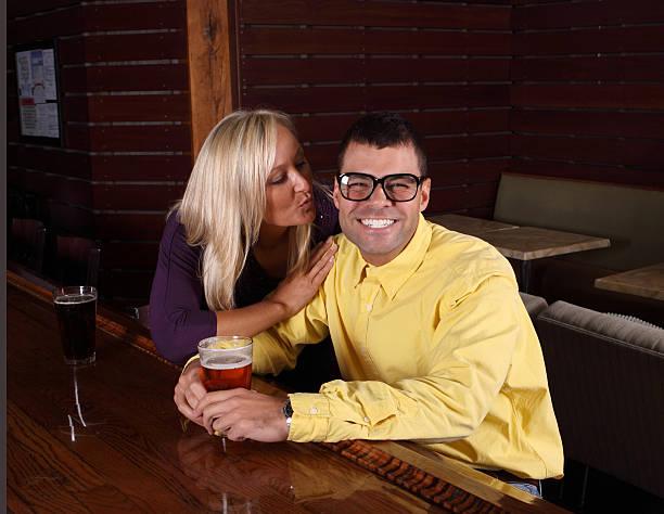 ebete ottiene un bacio - brunette woman eyeglasses kiss man foto e immagini stock