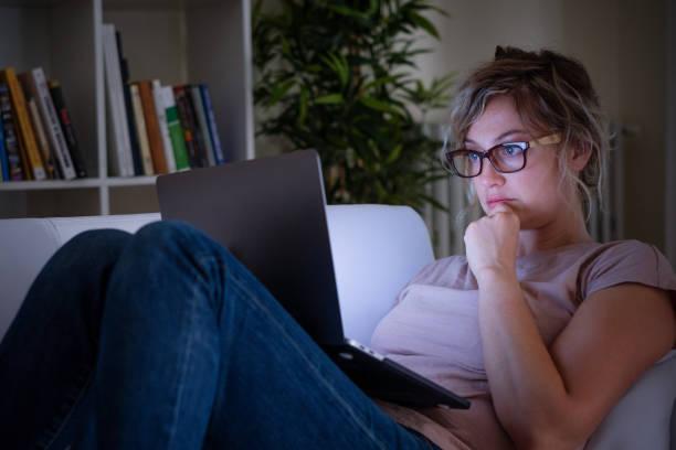 Nerd-Frau vor Laptop zu Hause in der Nacht – Foto