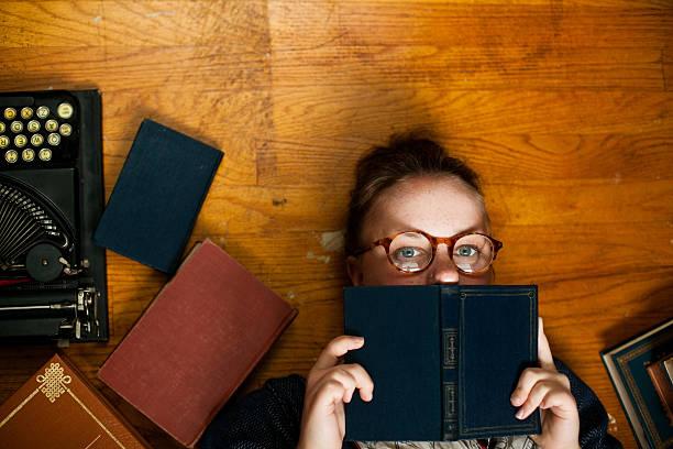 naiv bookworm lesung mädchen - kurzgeschichten stock-fotos und bilder
