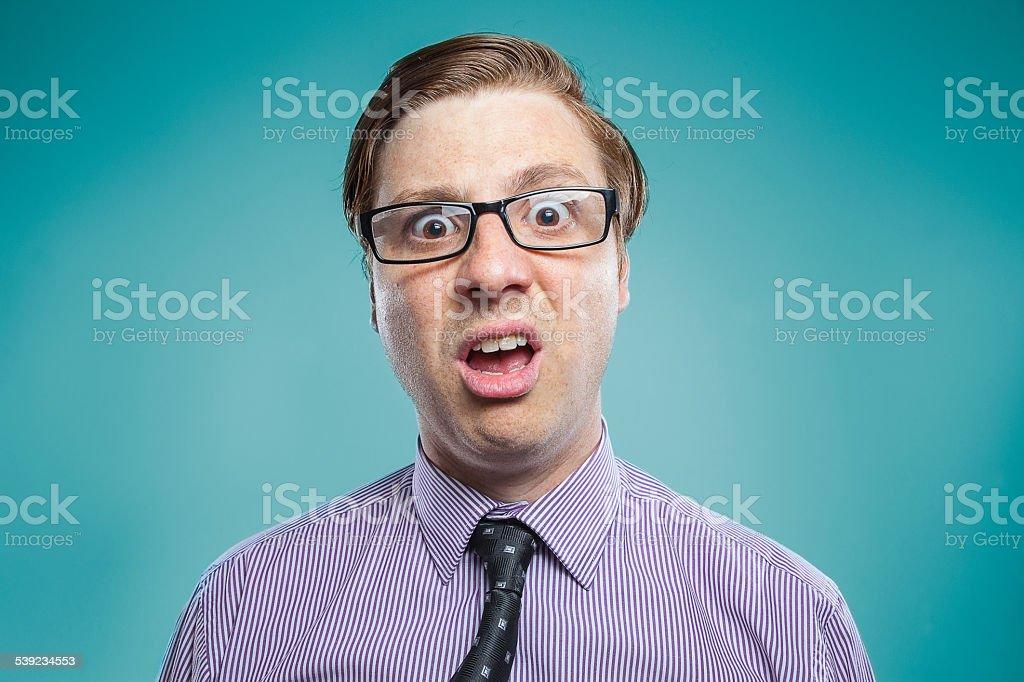 Frikis, confuso young guy mirando produciendo foto de stock libre de derechos