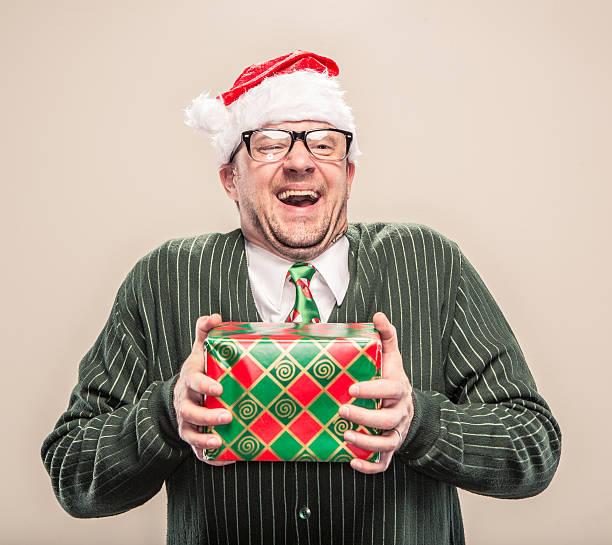 Naiv Geek Weihnachten Mann hält eingewickelt Feiertagsgeschenk – Foto