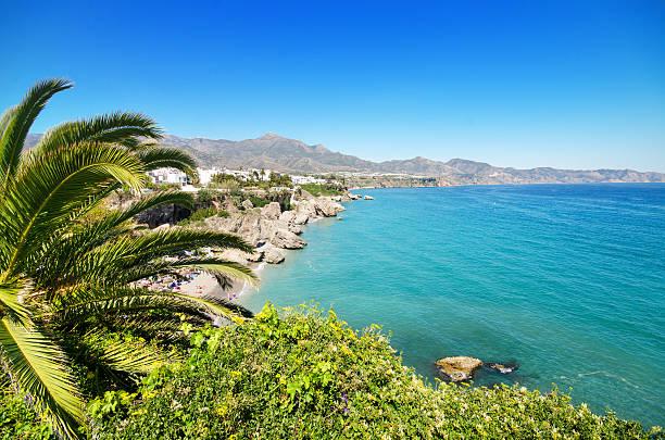 nerja beach, célèbre ville touristique, costa del sol, málaga, espagne. - andalousie photos et images de collection