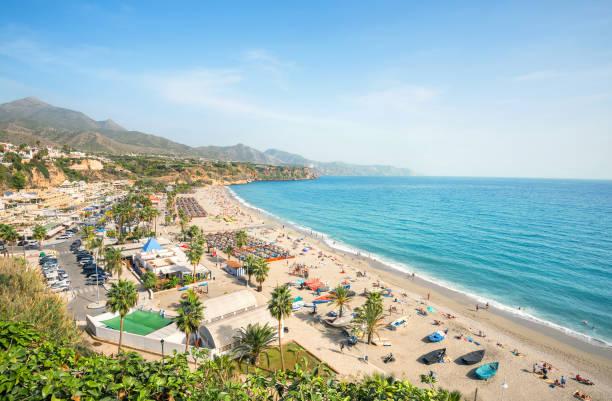 Playa de Nerja. Málaga Provincia, Costa del Sol, Andalucía, España - foto de stock