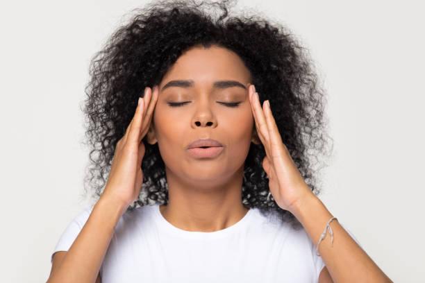 nervös afrikanerin, die atmung beruhigen versuchen, stress zu lindern - überleben stock-fotos und bilder