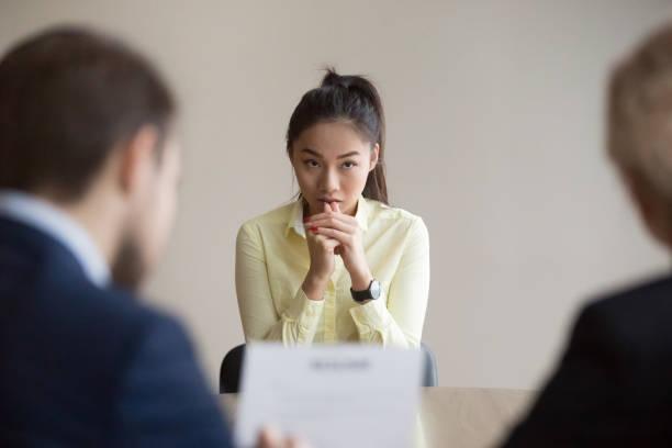 nervös asiatischen antragsteller betonte bei vorstellungsgespräch - gestikulieren stock-fotos und bilder
