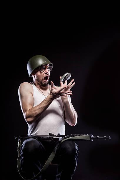 Nervös Geeky Soldaten Fänge Granatwerfer Sie danken lächelnd, Schwarzer Hintergrund – Foto