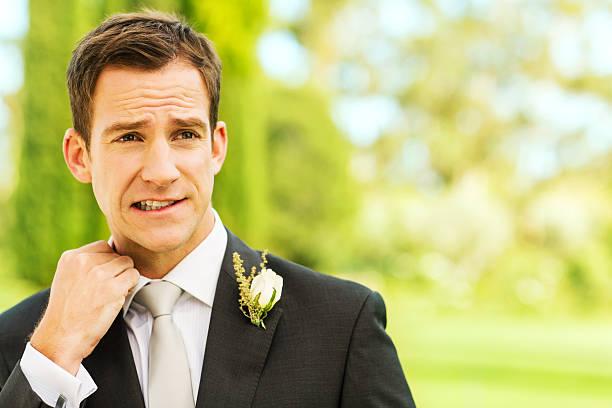 ängstlich bräutigam im garten - angst vor der geburt stock-fotos und bilder