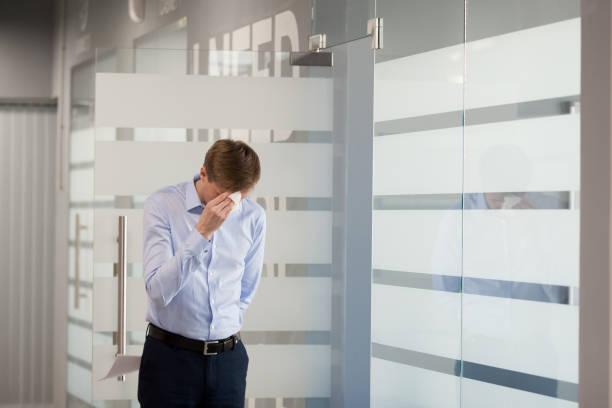 nervös männlichen arbeitnehmer betonte vor präsentation im konferenzraum - lautsprecher test stock-fotos und bilder