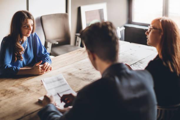 nervös auf job-interview - bewerbung lebenslauf stock-fotos und bilder