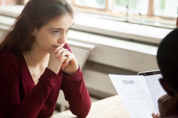 nervös besorgt weibliche bewerber job interview, arbeitgeber lebenslauf lesen - bewerbung lebenslauf stock-fotos und bilder
