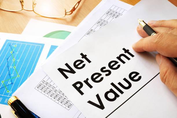 純現在価値 npv ドキュメント テーブルの上。 - npv ストックフォトと画像