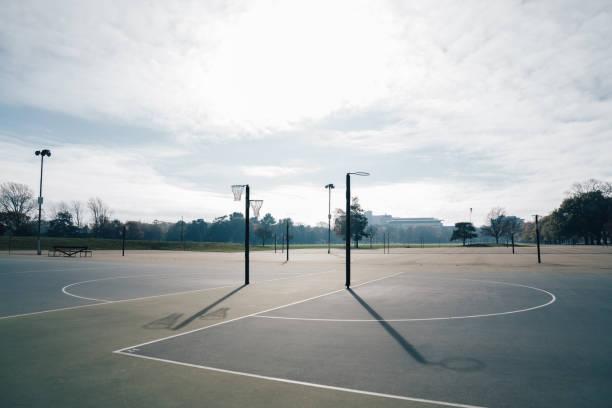 de doelring van de netball en netto tegen een blauwe hemel en wolken bij park hagley, christchurch, nieuw zeeland. - netball stockfoto's en -beelden