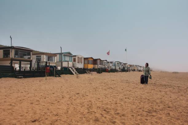 niederlande ist sommersaison vor der tür. strandunterkunft, haus an der nordsee küste - nordsee urlaub hotel stock-fotos und bilder
