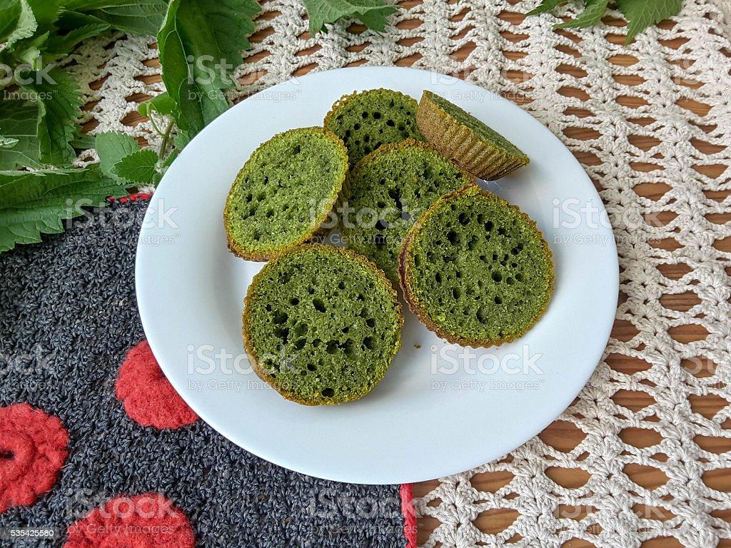 Крапивными растениями, зеленый cookie-файлы на чашку стоковое фото