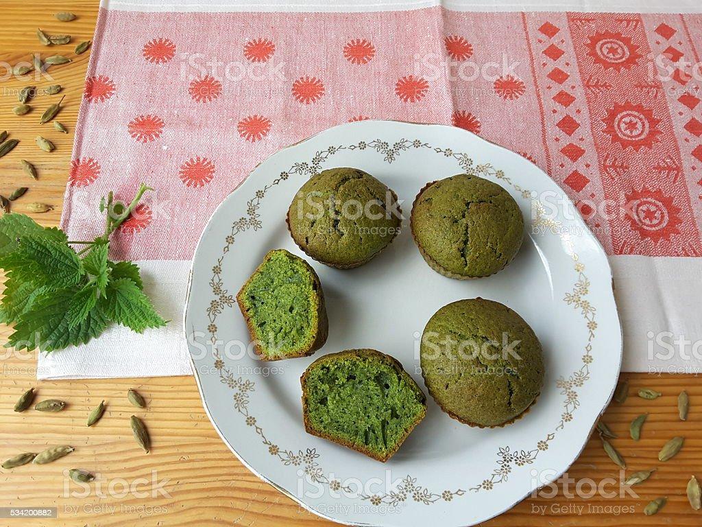 Крапивными растениями, кексы с зеленого кардамона на чашку стоковое фото