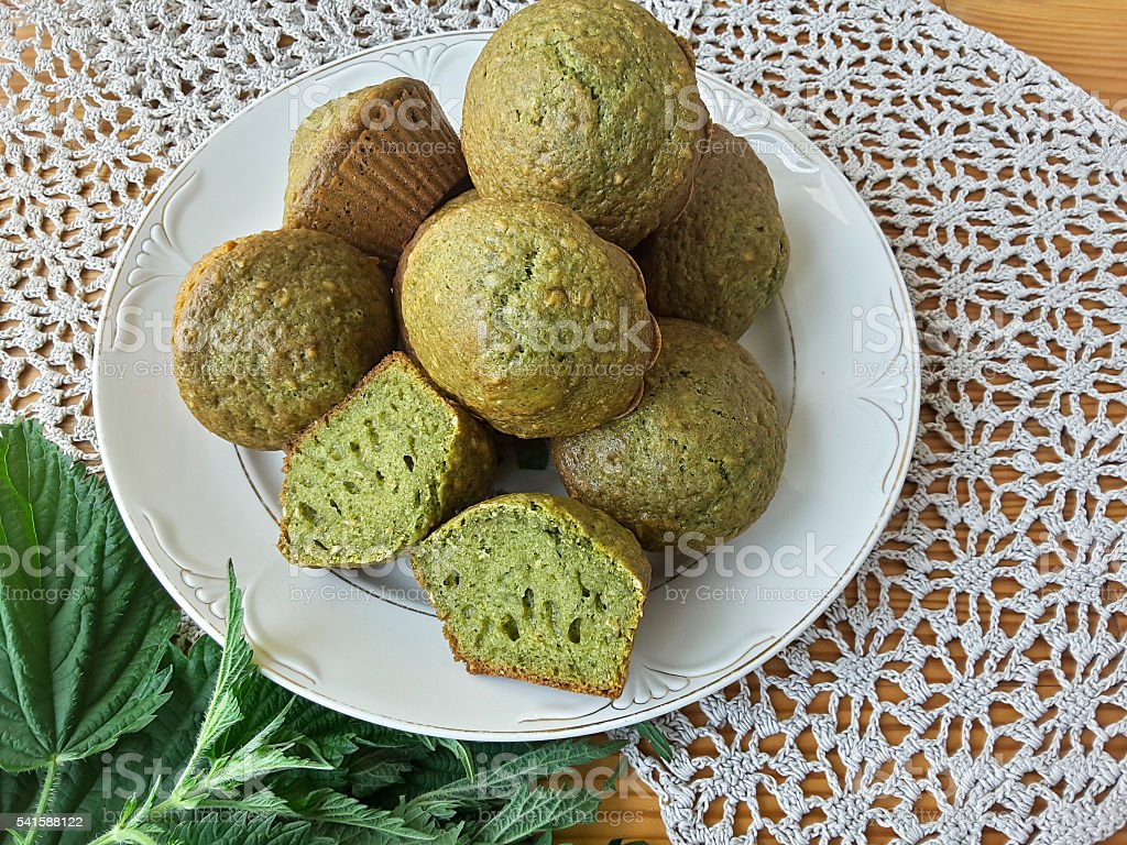 Nettles green muffins with ginger and cardamom on plate стоковое фото