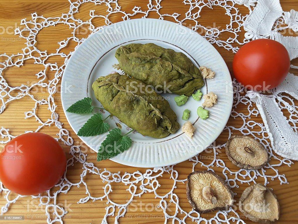 Крапивными растениями, объемные пироги, приготовленных зеленый кондитерские изделия и овощи фаршированные стоковое фото