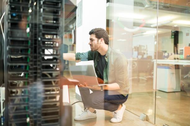 netwerkbeheerder in serverruimte - datacenter stockfoto's en -beelden