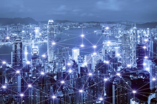 sistema de conexión empresarial en scape de ciudad inteligente de hong kong en el fondo de la red. concepto de conexión de red empresarial - internet de las cosas fotografías e imágenes de stock