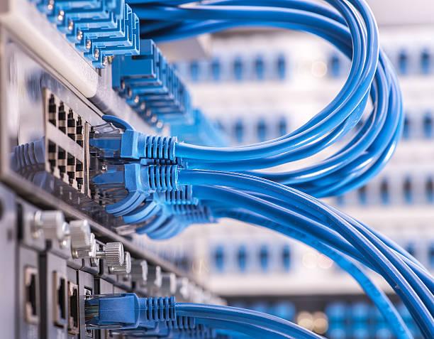 kabel sieciowy z high tech technologia kolorowe tło - kabel komputerowy zdjęcia i obrazy z banku zdjęć