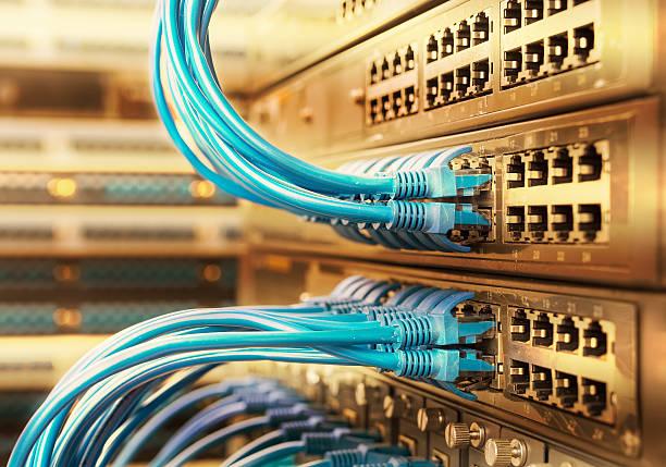 netzwerk-kabel mit high-tech-technologie farbe hintergrund - glasfaser telekommunikationsgerät stock-fotos und bilder
