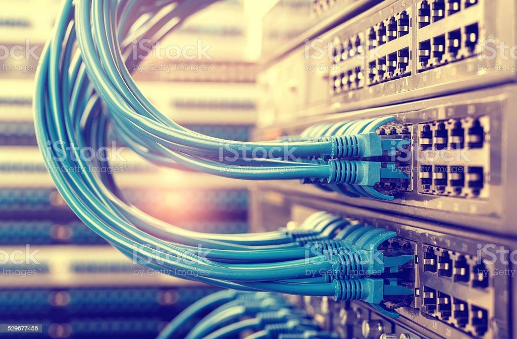 cable de red con tecnología de alta tecnología de fondo de color - foto de stock