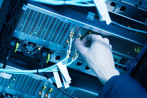 Ağ Kabloları Ve Hub Portre Stok Fotoğraflar & Ağ Bağlantı Kablosu'nin Daha Fazla Resimleri