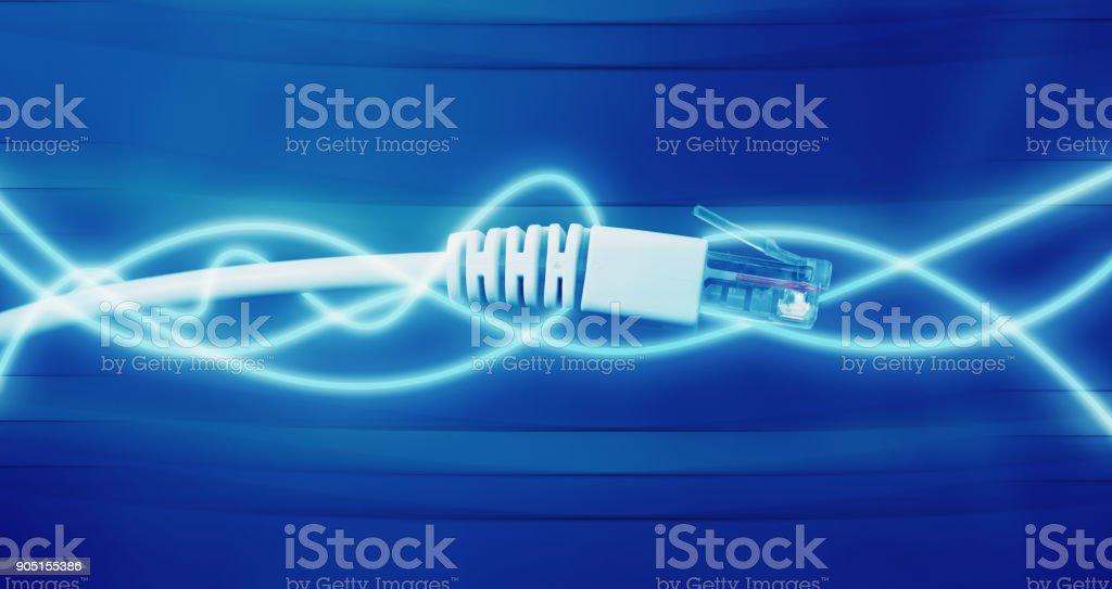 Closeup de cables de red con fibra óptica con líneas brillantes - Foto de stock de Abstracto libre de derechos