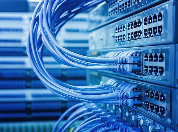 kable sieciowe podłączone do przełączania - kabel komputerowy zdjęcia i obrazy z banku zdjęć