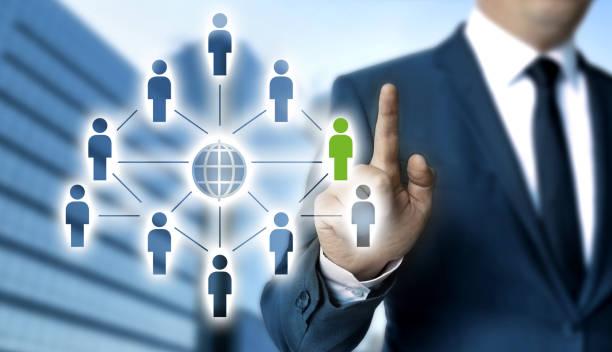 Netzwerkkonzept wird vom Geschäftsmann gezeigt – Foto