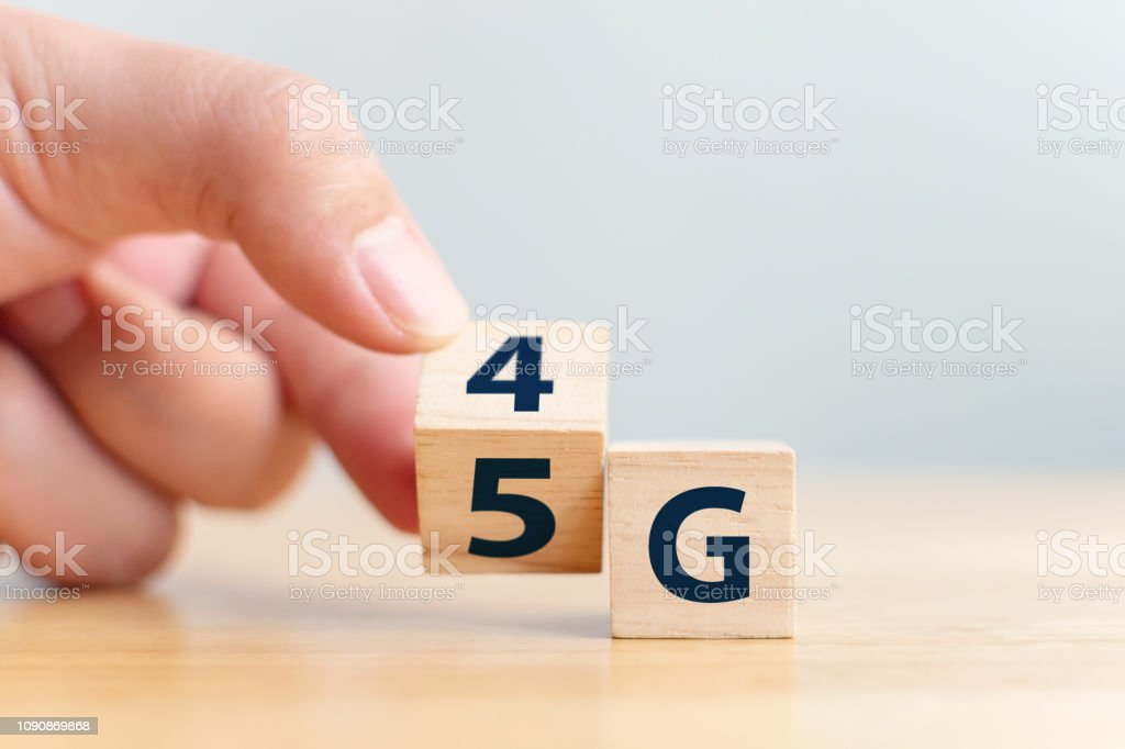 5G (5th Generation) network connecting technology future global. Hand flip wood cube change number 4G to 5G - Foto stock royalty-free di 4G