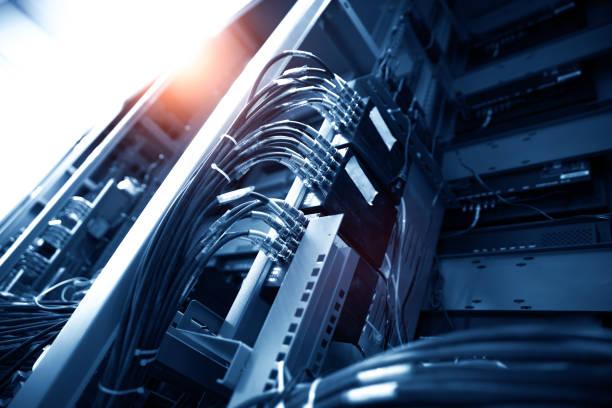 netzwerk-panel, schalter und kabelfernsehen in daten zentrum - metalldraht stock-fotos und bilder