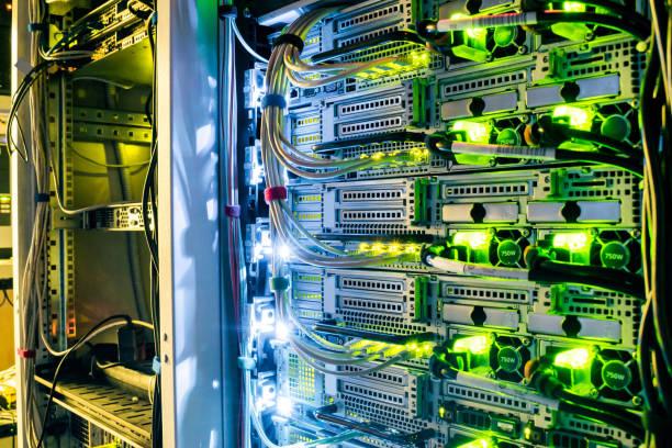 netwerkrouters van isp. veel draden verbinden met de netwerkinterfaces van krachtige internet-servers. rekken met de apparatuur van de computer in de server ruimte datacenter - datacenter stockfoto's en -beelden