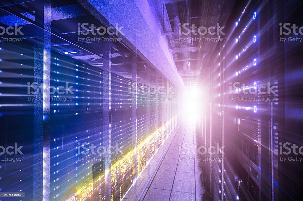 racks com horizonte de servidores de rede - foto de acervo