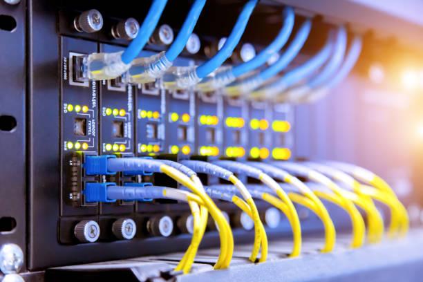câbles de réseau ethernet et interrupteur, concept de centre de données. - commutateur photos et images de collection
