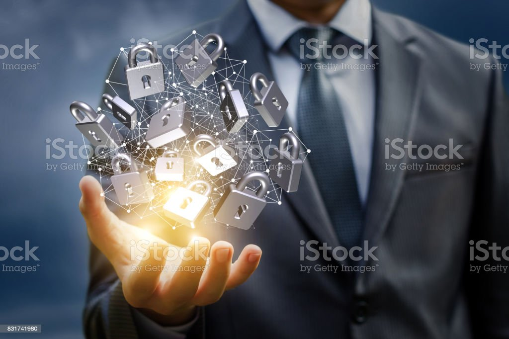 Netzwerk mit Sicherheitsschloss in der Hand des Kaufmanns. Lizenzfreies stock-foto
