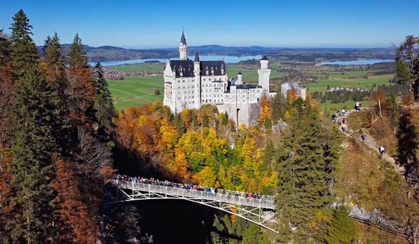 schloss neuschwanstein und königin maria es bridge - editorial stock-fotos und bilder