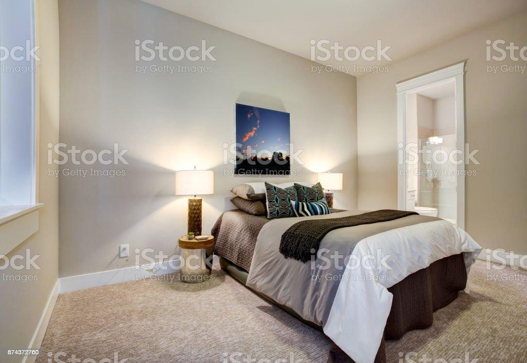 Neutrale Schlafzimmer Design Mit Bad En Suite Stockfoto Und