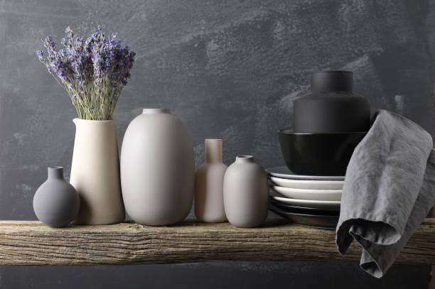 neutrale farbige geschirr auf holzregal - landhausstil küche stock-fotos und bilder