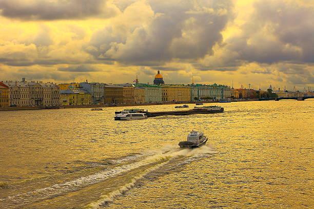 neva, hermitage, russian flag, st. petersburg skyline dramatic panorama - neva stockfoto's en -beelden