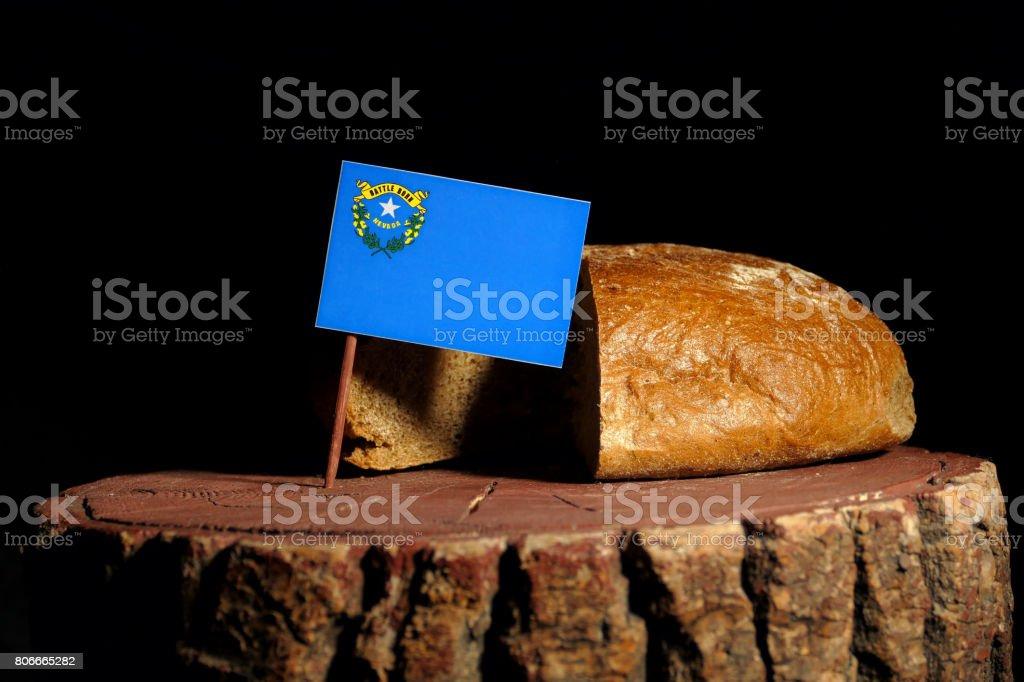 Bandeira de Nevada em um toco com pão isolado - foto de acervo
