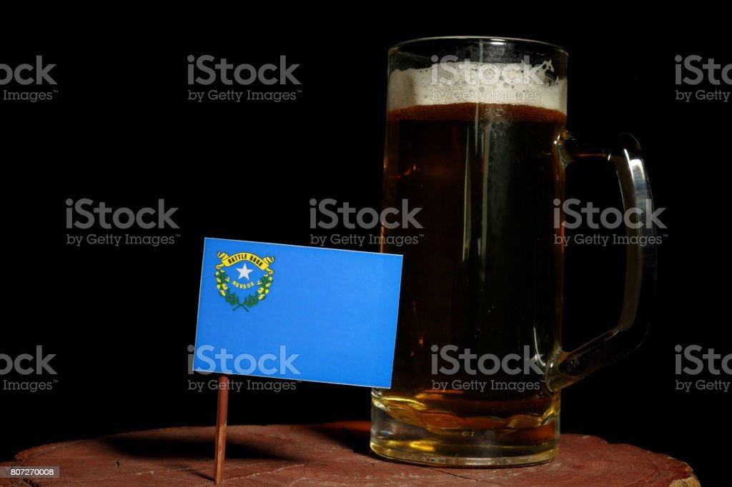 Bandeira de Nevada com caneca de cerveja isolada no fundo preto - foto de acervo