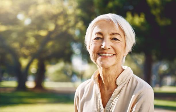 salir nunca de casa sin una sonrisa - mujeres mayores fotografías e imágenes de stock