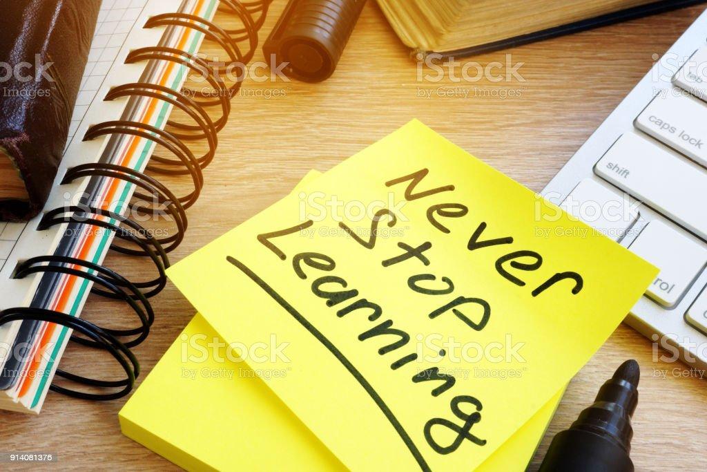 Nie aufhören Sie zu lernen, die auf einem Stick geschrieben. Konzepts des lebenslangen Lernens. – Foto