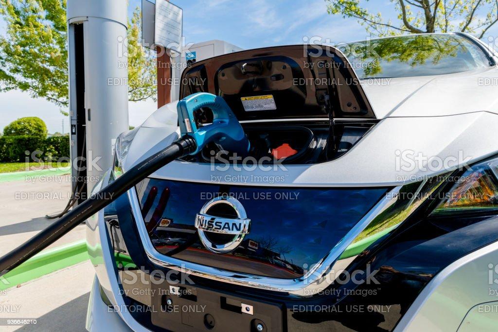 neue 2018 elektroauto nissan leaf eingesteckt akku in der