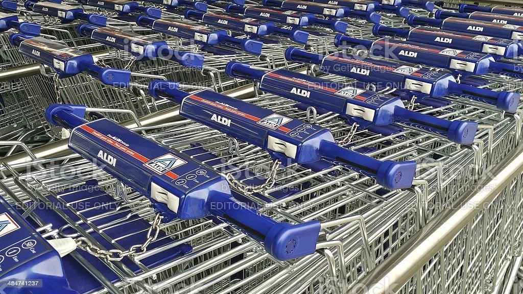 Nuevo Aldi cestas de compras en una fila. - foto de stock