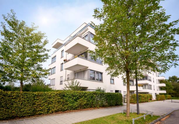 neue wohnung, gebäude, moderne wohnanlage mit außenanlagen in einer grünen städtischen siedlung - französische häuser stock-fotos und bilder