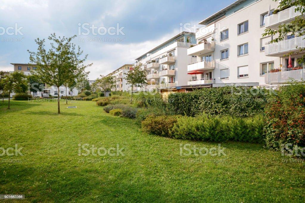 Neue Wohnung, Gebäude, moderne Wohnanlage mit Außenanlagen in einer grünen städtischen Siedlung – Foto