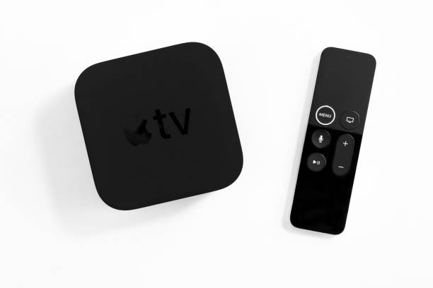 Neue Apple TV Media Streaming-Player Mikrokonsole von Apple Computers - nicht isoliert auf weiß. Es hat neue Touch-Fernbedienung Swipe-to-Select mit integriertem Siri und Bewegungssensor – Foto