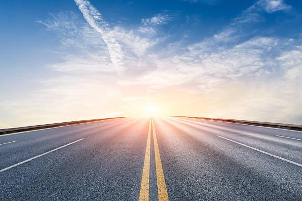 nuevo paisaje de carretera de asfalto al atardecer - vía fotografías e imágenes de stock